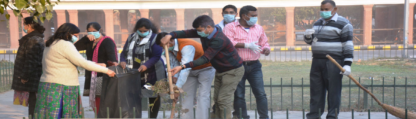 Cleaning of a park in North Block by officials of Dept of Expenditure as part of  'Shramdaan' during Swachhata Pakhwada - 2018 (16th Jan - 31st Jan 2018)
